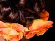 Alkalmi frizura trópusi virággal diszítve