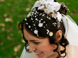 Eskövői, menyasszonyi frizura virág és gyöngy díszekkel